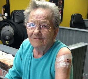 Эта бабушка сбежала из дома престарелых в тату-салон