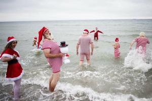 Где, как и с кем проводит летние каникулы Дед Мороз?