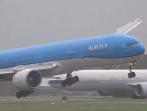 ВИДЕО ДНЯ: экстремальная посадка самолета в Амстердаме