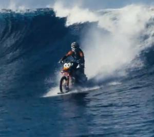 Один парень хотел быть и серфером, и мотоциклистом. Смотрите, что получилось!
