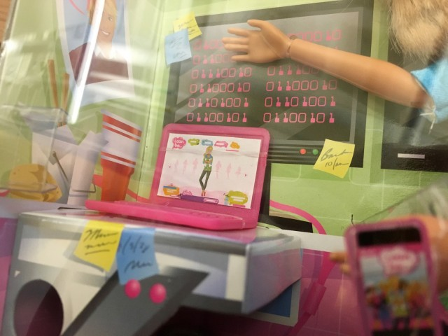 barbie-programadora-videojuegos-detalle-640x480