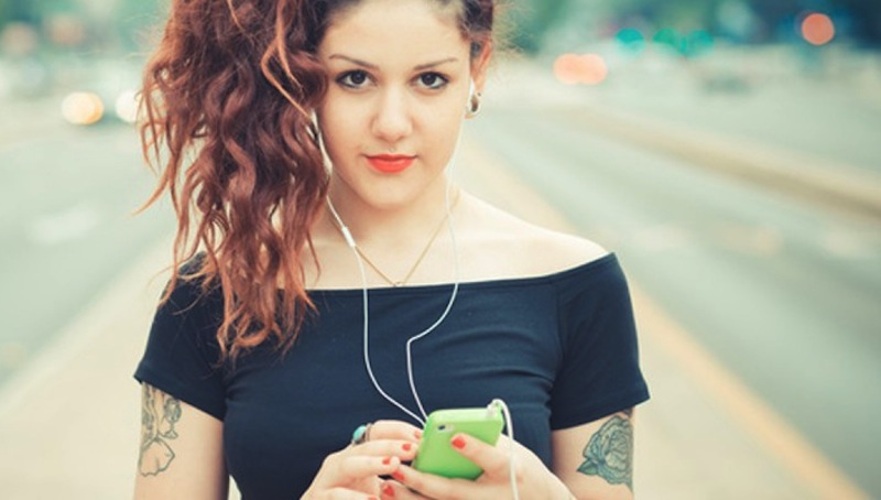young-girl-hipster-millennial-holding-smartphone-900x400
