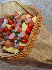 Букет для любимой с колбасой и сосисками